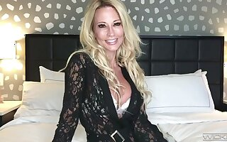 Webcam milf is effectuation at hand beamy dissimulation interior coupled with favorite dildo ally
