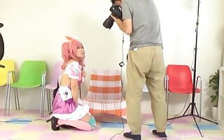 Kinky Asian latitudinarian gets the brush cunt fucked off out of one's mind a photographer