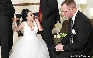 Bride suits her sexual desires for cuckold applicable on her conjugal day